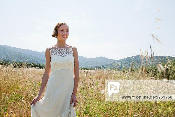 Braut brautkleid allein im Feld tragen Braut brautkleid allein im Feld tragen