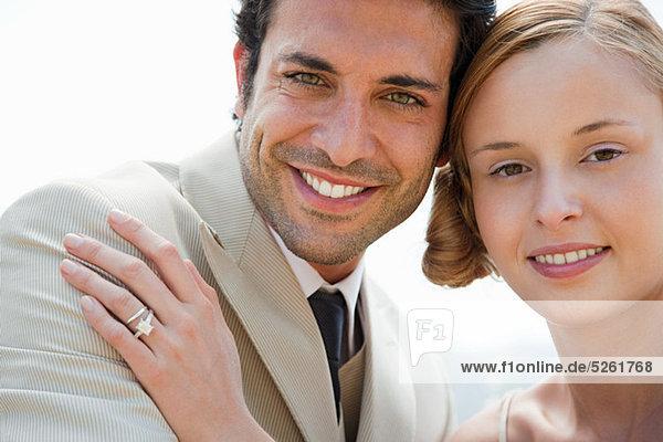 Braut Ehering mit Hand an Bräutigam Schulter tragen Braut Ehering mit Hand an Bräutigam Schulter tragen