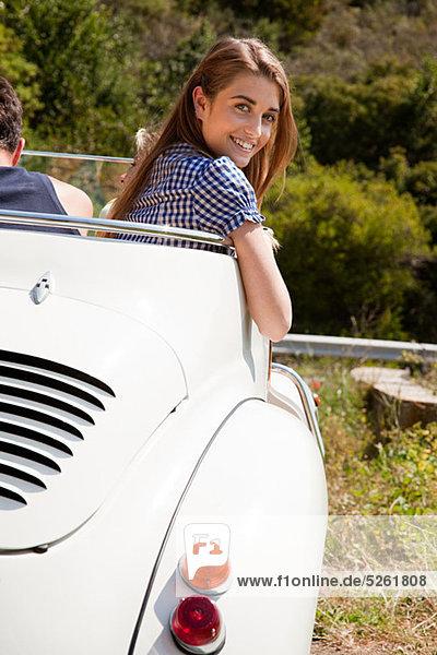 Junge Frau in Cabrio Auto