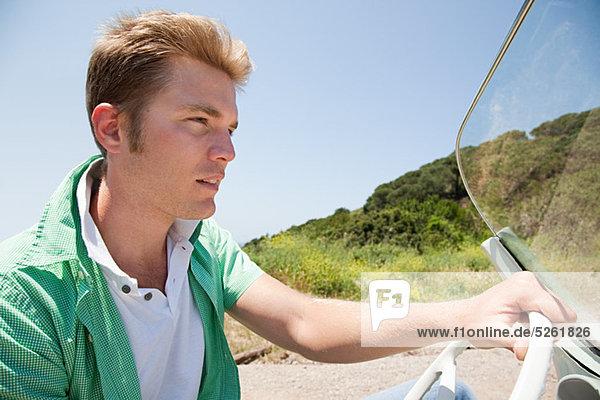 Junger Mann Cabrio-Steuerwagen