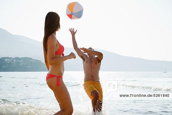 Strand jung Ball Spielzeug spielen