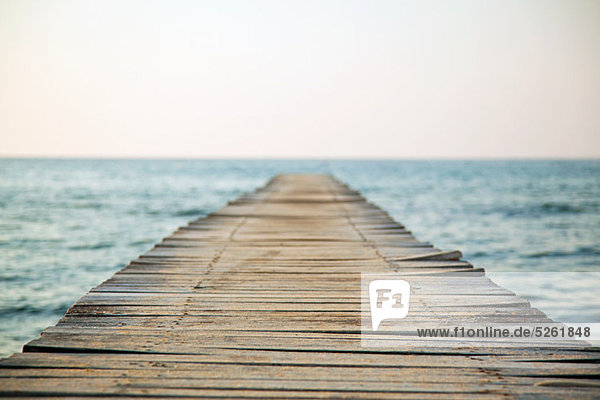 Leerer Steg und Seelandschaft