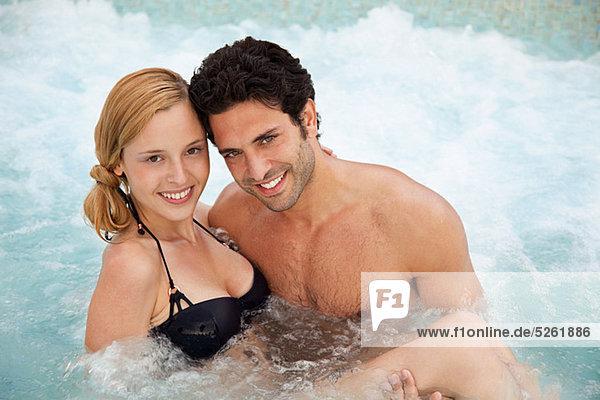 Junges Paar im Whirlpool  Portrait