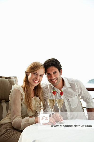 Young couple mit Champagner  Porträt