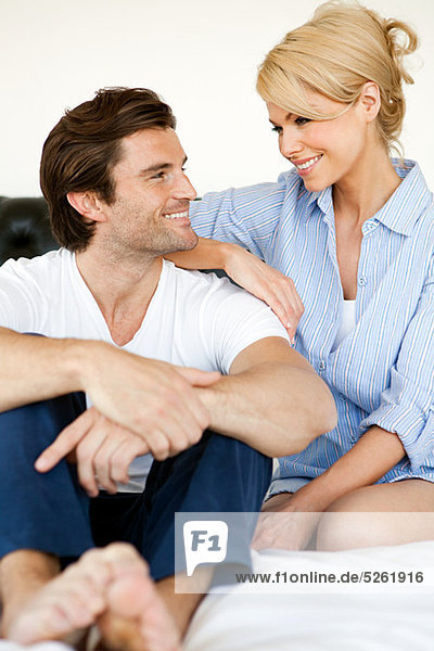 Couple sitting on Bed  Porträt