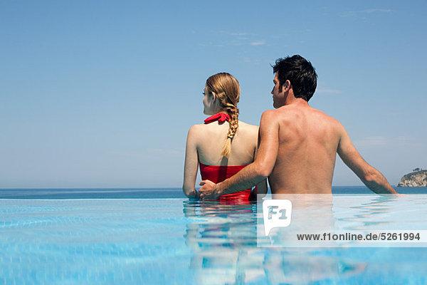 wegsehen Junges Paar in Schwimmbad
