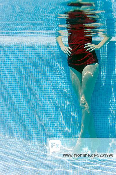 stehend Frau Unterwasseraufnahme Schwimmbad