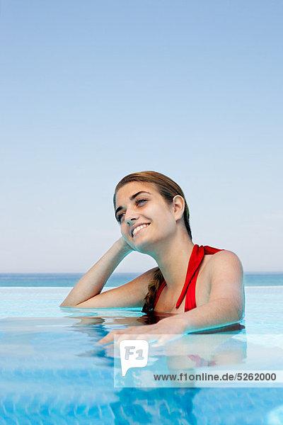 Portrait Junge Frau schwimmt in Schwimmbad