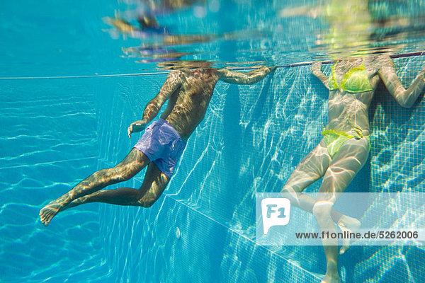 Unterwasseraufnahme Junges Paar in Schwimmbad
