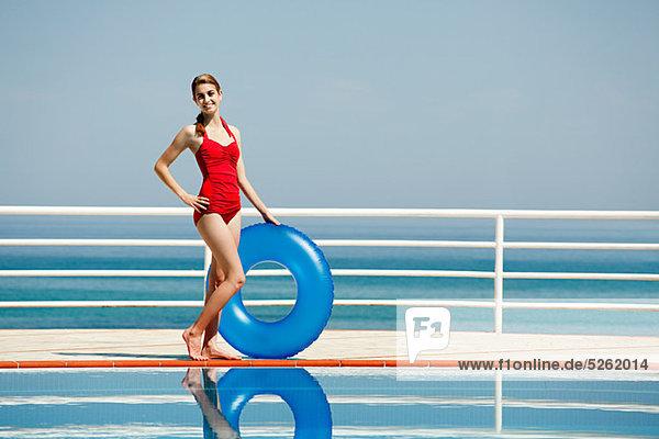 Portrait Frau jung aufblasen Schwimmbad klingeln
