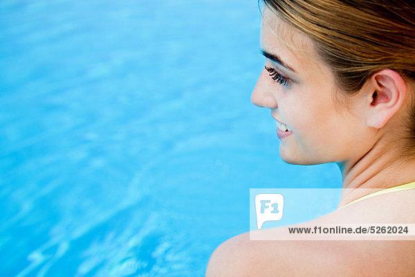 Portrait Frau jung Schwimmbad