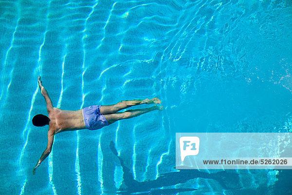 Mann jung Schwimmbad