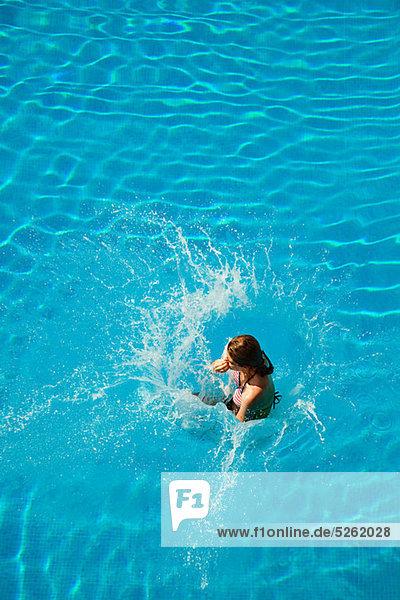 Frau springen jung Schwimmbad