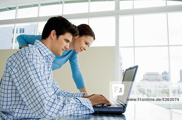 Paar mit Laptop