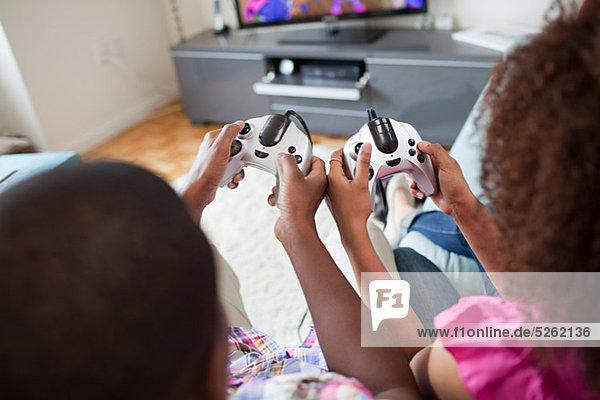Paar spielt Videospiel zu Hause