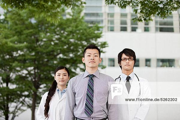 Männliche und weibliche Ärzte  portrait
