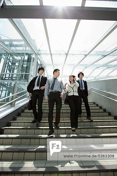Vier Geschäftsleute auf Stufen