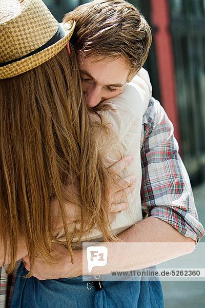 Junges Paar  das sich im Freien umarmt