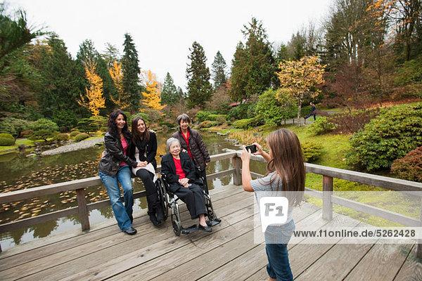 Mädchen fotografieren Multi-Generation-Familie