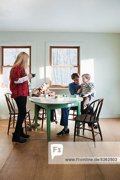 Familie dem Frühstück