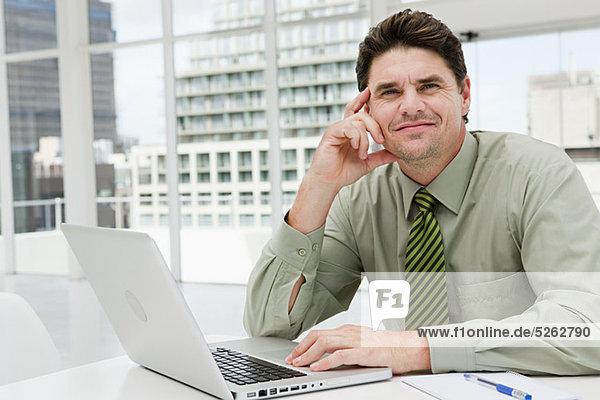 Geschäftsmann mit Laptop im Büro