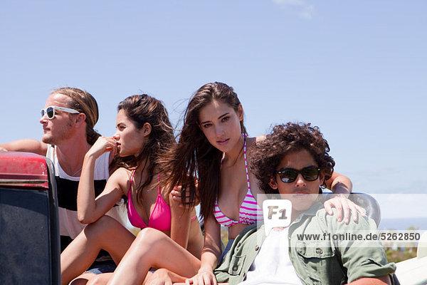 Drei junge Freunde in aus Straßenfahrzeug im Urlaub