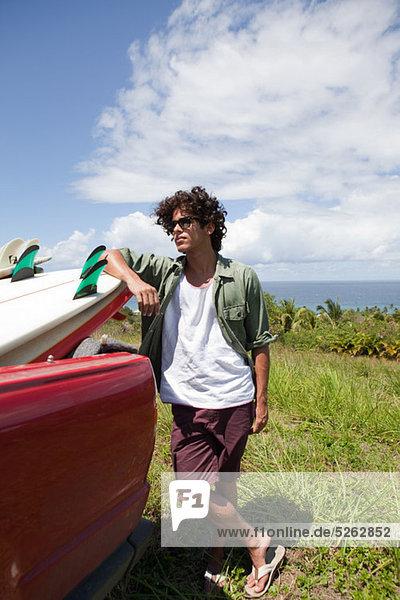 Junger Mann gelehnt Surfbrett im Auto  Porträt