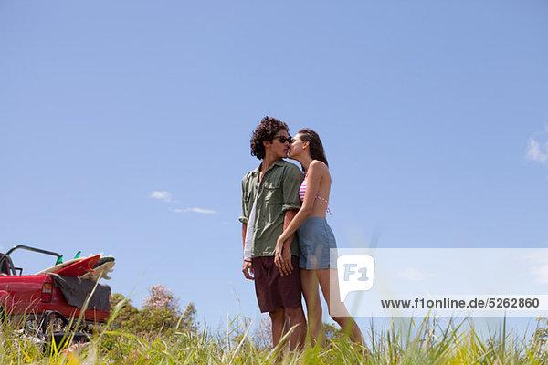 Zärtlich junges paar im Urlaub