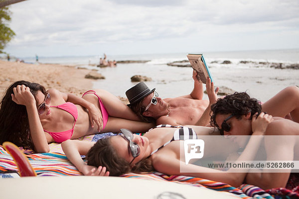 Vier junge Freunde im Strandurlaub