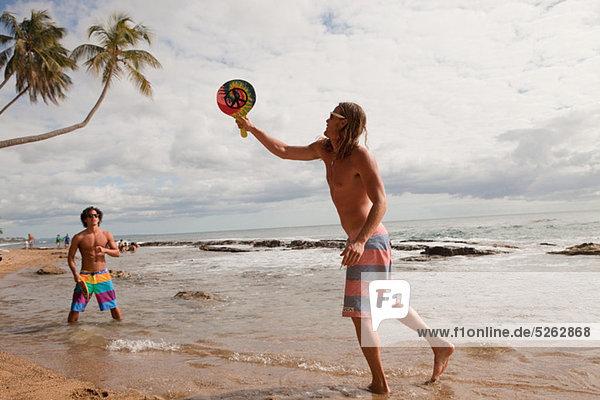 Mann, Spiel, Ball Spielzeug, spielen, Menschen am Strand