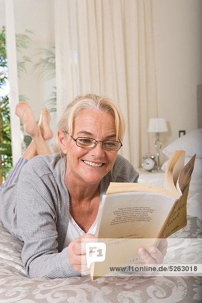 Reife Frau ein Buch zu lesen