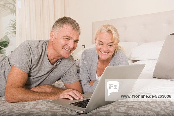 reifes Paar mit laptop