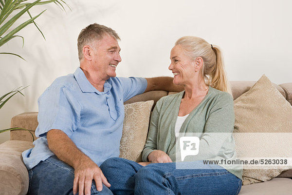 Erwachsenes Paar auf dem Sofa sitzend
