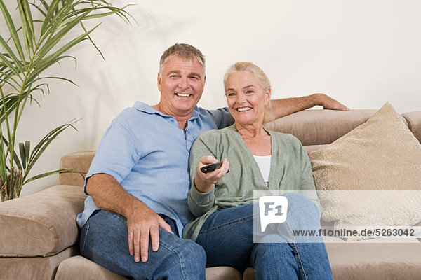 Paar schaut zusammen fernsehen