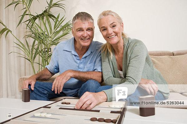Paar spielen Backgammon