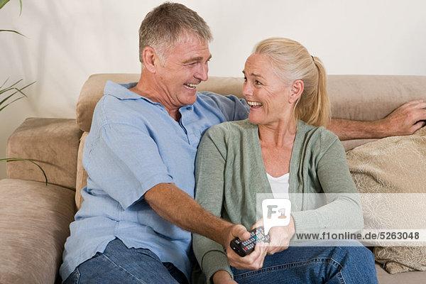 Beide Mature Couple holding eine Fernbedienung