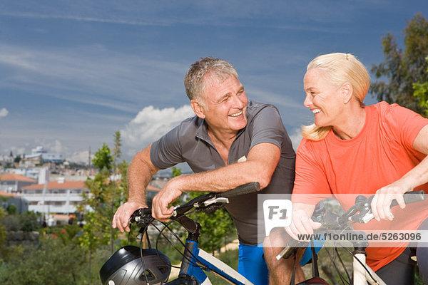 reifes Paar auf Fahrrädern