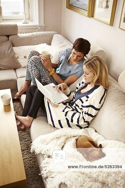 sitzend benutzen Frau Notebook Couch 2