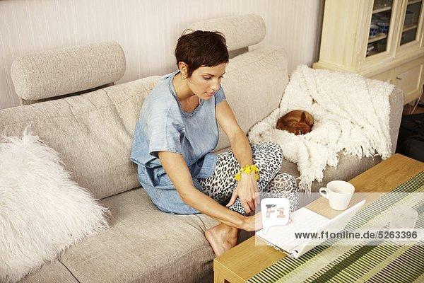 sitzend benutzen Frau Notebook Couch