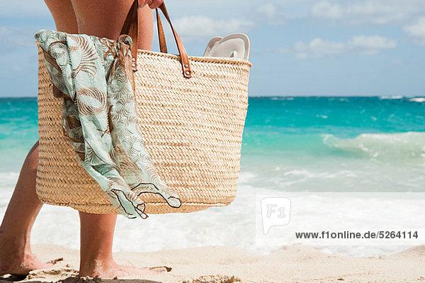 Frau mit Strandtasche  Mustique  Grenadinen