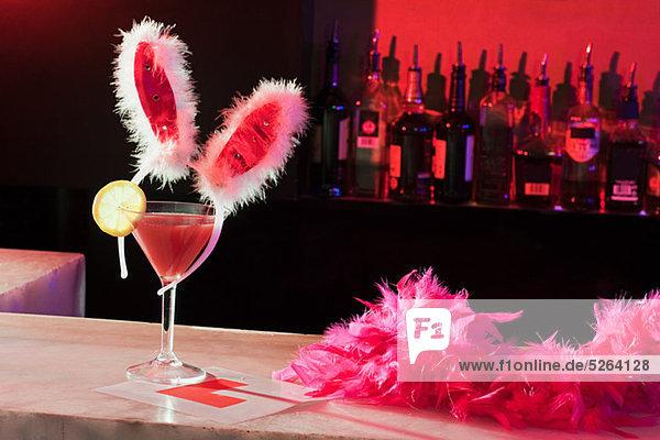 Rosa Cocktail  Hasenohren und L-Teller an der Bar