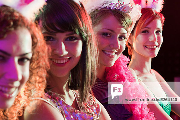 Vier jungen Frauen auf Polterabend