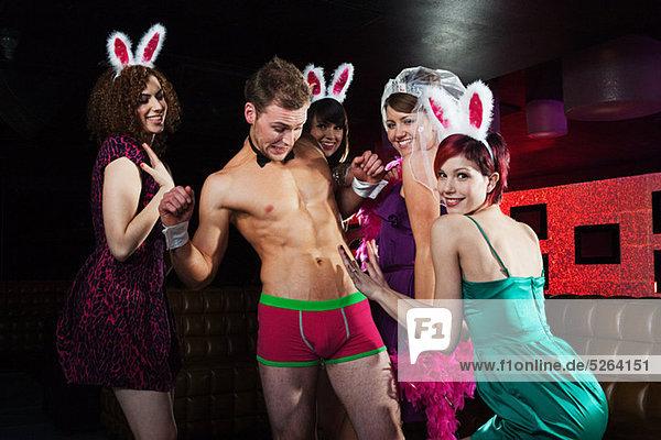 Junge Frauen in der Hühnernacht mit Stripperin IS098Y7JS