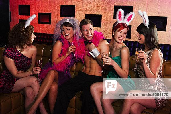 Junge Frauen in der Hühnernacht mit Stripperin