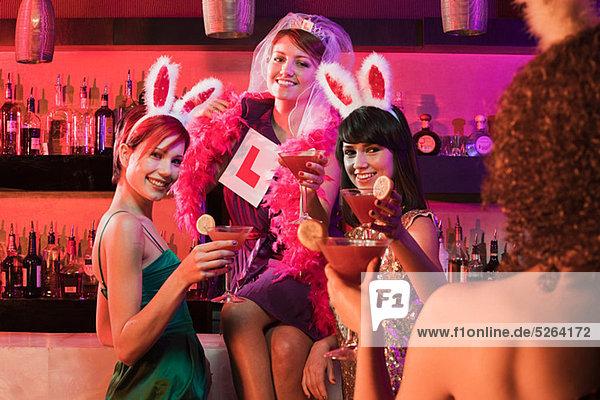 Vier junge Frauen in der Hühnernacht