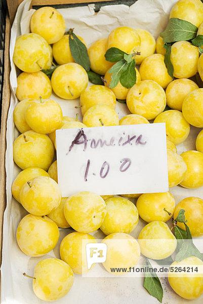 Pflaumen auf Obst-stall
