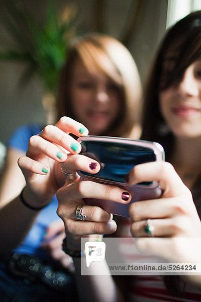 Zwei Mädchen im Teenageralter mit Smartphone
