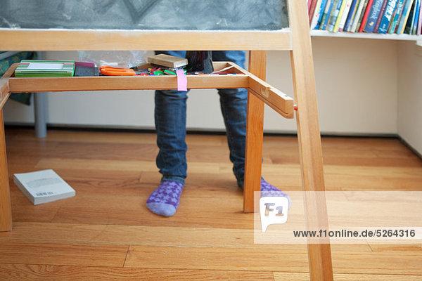 hinter stehend Mädchen Schreibtafel Tafel