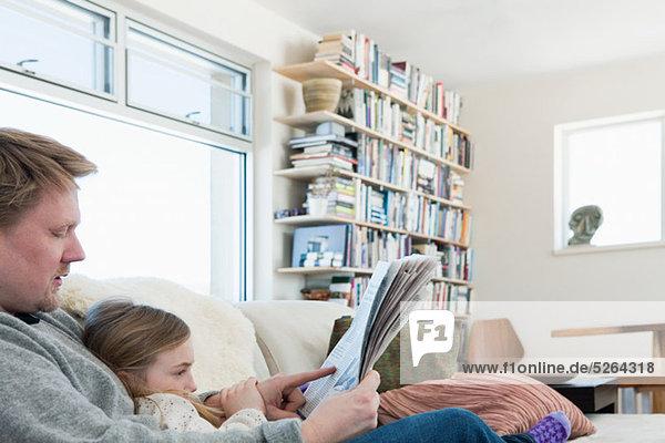 Vater und Tochter lesen Zeitung