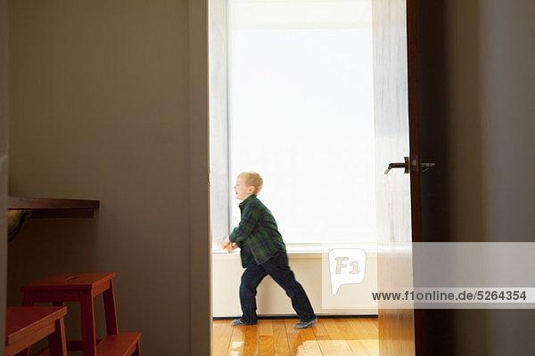 Korridor Korridore Flur Flure Junge - Person spielen